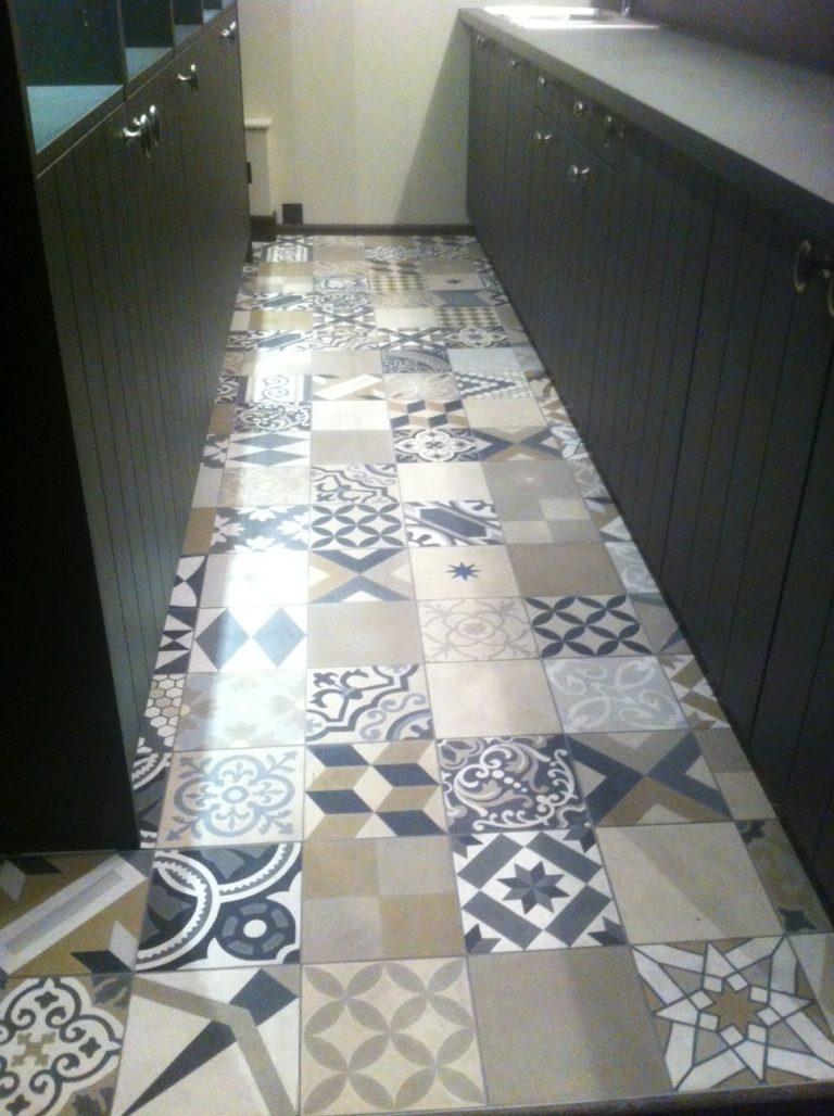 Carrelage motif pour le sol d'un couloir