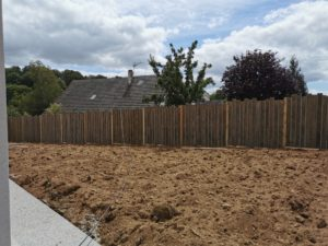 Nous vous recommandons d'installer une clôture à votre extérieur afin de préserver votre intimité et de limiter votre propriété. La clôture permet également de sécuriser votre logement et de valoriser votre terrain. Nous vous proposons plusieurs types de matériaux lors de la fabrication de votre clôture : Aluminium, Bois, PVC, Fer, Grillage…