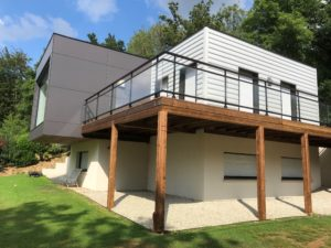 En bois, en métal ou en acier, une balustrade permet de délimiter votre balcon ou votre terrasse. Elle permet également de sécuriser vos espaces grâce à ses barres qui vous éviterons de chuter accidentellement.