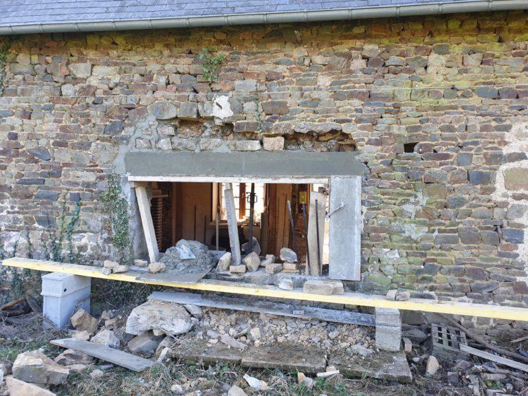 Ouverture d'une grande fenêtre dans un bâtiment pierre