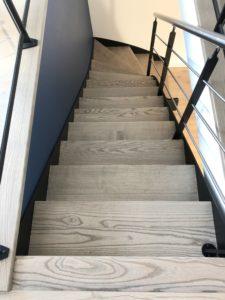 Nos artisans menuisiers posent aussi bien des escaliers traditionnels en bois, que des escaliers modernes alliant le bois, le métal ou le verre. En fonction du lieu d'implantation de votre escalier, nous vous proposons différentes formes (droit, quart-tournant, hélicoïdal, avec ou sans contremarche…).