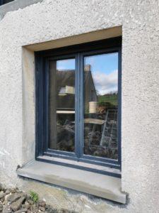 PVC ou aluminium double vitrage, la fenêtre convient à tous les styles et à toutes les envies. Nos artisans menuisiers vous conseillent plusieurs types de fenêtres adaptées à vos attentes. La fenêtre joue un rôle esthétique dans votre logement mais elle agit également sur votre isolation afin d'améliorer votre confort. Nous pouvons poser des fenêtres comprenant des volets motorisés ou des rideaux.