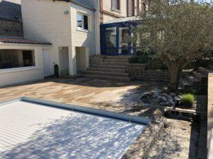 Cette terrasse en bois  rend l'extérieur plus chaleureux et facilite l'entretien.