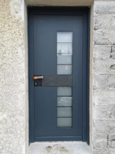 Esthétique, confortable et sécurisant, une porte d'entrée est un des éléments les plus importants dans votre habitat.  Nous vous proposons des portes d'entrées pleines, vitrées ou semi-vitrées afin de répondre à vos attentes.  Nous vous conseillons plusieurs types de matériaux : •Bois •PVC •Aluminium •Matériaux mixtes…  Assurer votre confort est une de nos priorités ! Nous pouvons ainsi vous proposer des portes d'entrée en PVC afin d'améliorer votre isolation thermique et acoustique. Vous souhaitez une porte robuste et facile d'entretien, nous vous recommandons les portes d'entrées en aluminium.